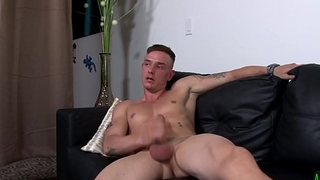 Muscular military hunk enjoys wanking